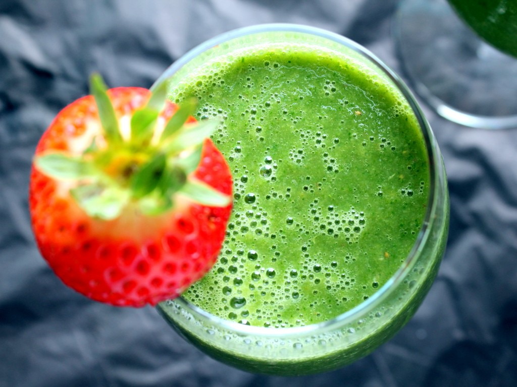 STRAWBERRY MANGO BANANA PROTEIN GREEN SMOOTHIE